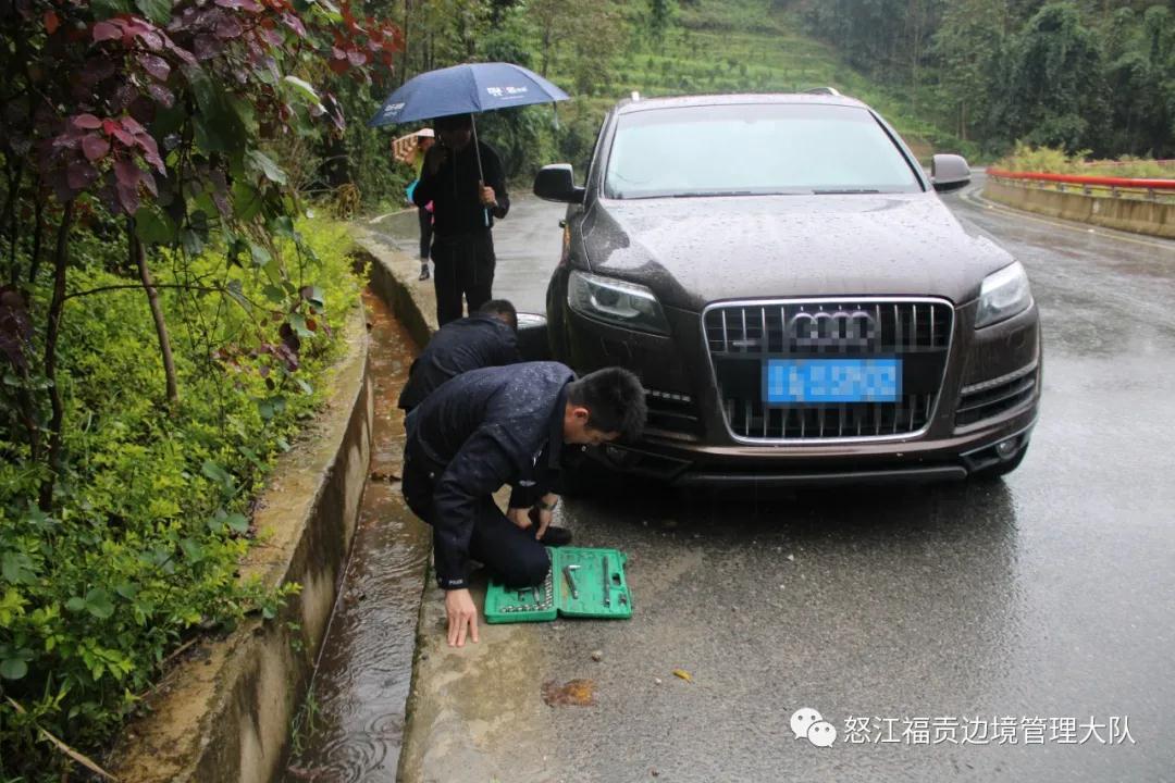 福贡:路遇爆胎车辆 民警及时救助 福贡县公安局供图.jpg