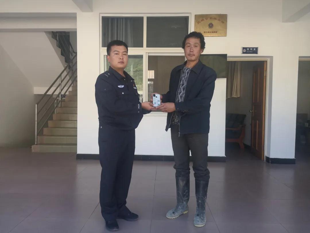 贡山:民警快速帮助粗心群众找回遗失手机 贡山县公安局.jpg