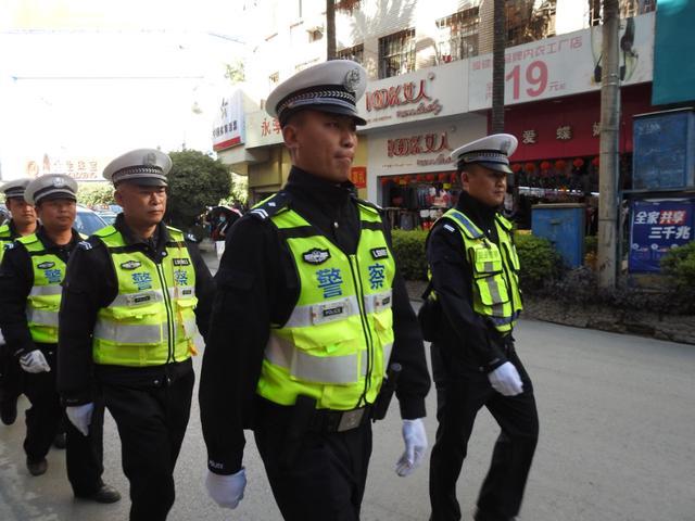 泸水公安交警:坚守岗位 为群众安全出行保驾护航