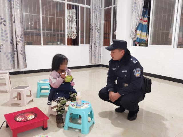 暖心!民警深夜帮助走失儿童找到家人1.jpg