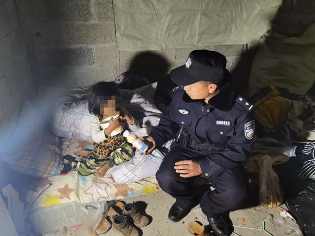 暖心!民警深夜帮助走失儿童找到家人2.jpg