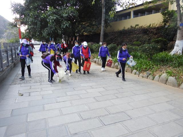 快乐大篷车健身志愿服务队开展江边步道清扫活动