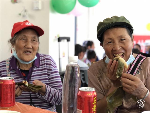 泸水市:干部与搬迁群众学党史品粽子庆端午