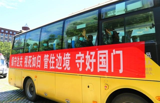 泸水市举行边境疫情防控三级书记强边固防誓师出征誓师大会 200名突击(处突)队员出征