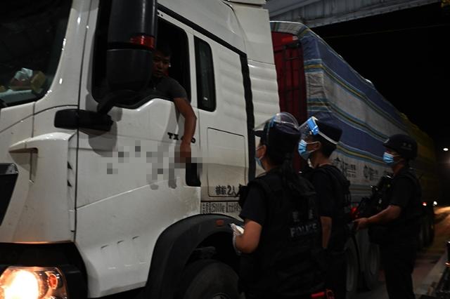 国庆当天民警在执勤现场开展检查1_副本.jpg