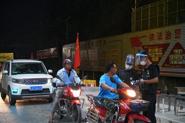 国庆当天民警在执勤现场开展检查22.jpg